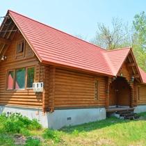 *1ベッドルームコテージ外観一例/赤い三角屋根がメルヘンチックな雰囲気を演出♪