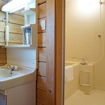 *2ベッドルームコテージ室内一例/独立洗面台もあるバス設備をご用意しております。