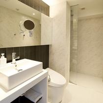 *1ベッドルームプレミアム浴場一例/大きな鏡が特徴のバスルーム