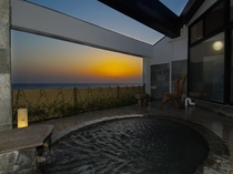 広いひのきのテラスに、伊豆石を使った最上階の露天風呂