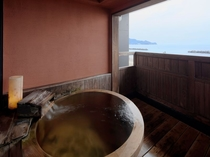 お部屋にある樽型露天風呂