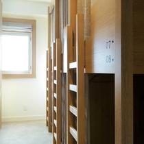 ドミトリーは木のぬくもりが優しいバンクベッドを1室に8ベッドづつ設置。部屋は男女別に分かれています。