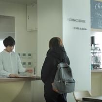 カフェ&BARに隣接するホテルフロントでチェックイン。