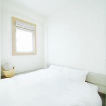 コンパクトな室内ながら、ダブルルームのベッド幅は160cm、ゆっくりお休みいただけます。