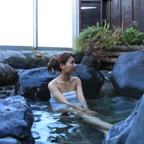 【半露天岩風呂】旅の疲れを癒してくださいね。