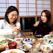 【食事風景】島の名物料理と旅の話でお腹いっぱいの夜を楽しんでくださいね♪