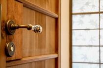 古建具を使用した洗面所のドアです。