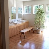 *洗面所/共同利用の洗面所。明るくゆったりとしたスペースをとっております。