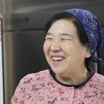 *優しいお母さんの笑顔に癒される♪家族の温かいおもてなしに元気をもらえそう!