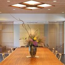 大きな一枚板のテーブルが印象的なロビー
