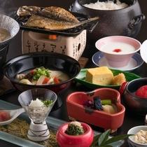 ご朝食の一例。アジの干物や出し巻き玉子など、和の献立