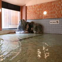 大浴場には「あつ湯」と「ぬる湯」があり、一晩中温泉が楽しめます