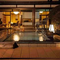 源泉かけ流しの温泉は露天風呂のほか、内湯でも楽しめる