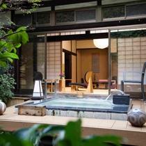お庭を眺めながらのんびり湯っ三昧(写真は「しきね」)