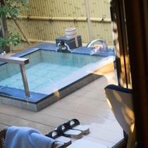 お庭を眺めながら源泉かけ流しの温泉が楽しめます