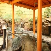 露天風呂のほか「あつ湯」と「ぬる湯」がある大浴場は一晩中入浴ができます