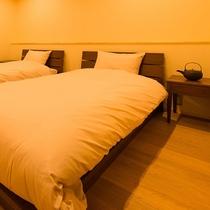客室流水 母屋と蔵どちらにもキッチン・バスルーム・ベッドが置かれ2名ずつ合計4名様がご利用できます
