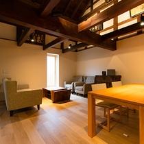 客室流水 風情のある坪庭を間に配し、母屋と蔵の2つに分けられた客室
