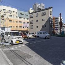 駐車場/大型トラックやバスも駐車可能な専用平置き駐車場40台完備。(500円/泊)