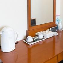 お部屋/ツインルーム|ライティングデスク、お茶セットなど