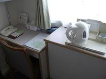 お部屋にはT-falのポットを備えつけております