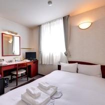 *ダブル(客室一例)/シンプルながら配慮が尽くされた客室。全客室Wi-Fi、LAN対応。