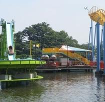 【華蔵寺公園遊園地】 水上の遊具