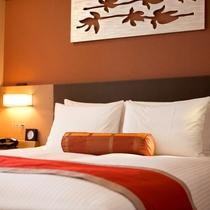 『客室』ベッドはサータ社製でポケットコイルマットレス採用