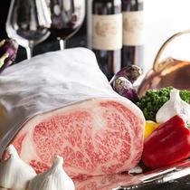 柔らかく風味豊かな上質のビーフやシーフードを眺望抜群の鉄板焼「神戸グリル」で愉しめる。