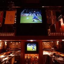 【スポーツパブ「アリーナ」】店内に大画面モニターを設置し、常時スポーツ関係のプログラムを上映。