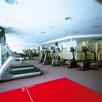 【フィットネス&スポーツ「ザ・ベイクラブ」】最新のマシンを配置したトレーニングジム。
