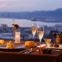 """【レストラン&ダイニング】ダイニング""""Kobe Grill""""。21階から眺める美しい夕暮れ。"""