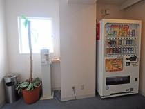 【館内】3F以外の階には自販機がございます。お酒は4Fの自販機で購入できます。