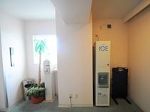 【館内】3Fエレベーターホールに製氷機とズボンプレッサーを設置しております。