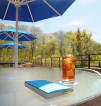 ガーデンテラスでゆっくりとした時間を楽しむ、リゾートの休日