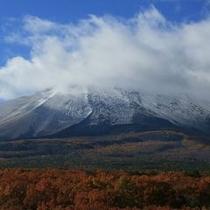 秋 紅葉と初冠雪に染まる浅間山 パノラマテラスからの眺望
