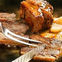 【バイキングディナー】オープングリルではシェフが焼きたての料理を提供します