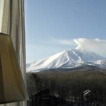 初冬 高層階プレミアムルームからの紅葉の残り香と白い浅間山