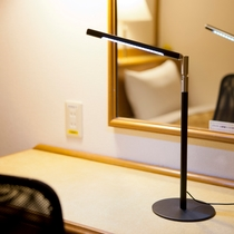 ビジネスシングルにはLED卓上ライトをご用意しております