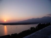 新潟県一の大きさを誇る湖、加茂湖に沈む夕日