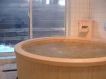 大きな丸いヒノキ風呂