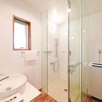 *【バスルーム】シャワーブースと洗濯機(洗剤付き)長期滞在も安心♪