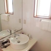 *客室/洗面コーナー 歯ブラシ・かみそり・ナイトウェア等はご持参いただいております。