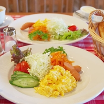 *朝食(洋食)/ラウンジデッキにて、和食又は洋食をご用意いたします。