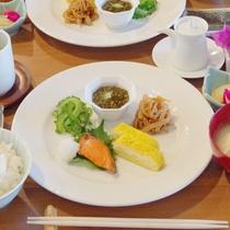 *朝食(和食)/ラウンジデッキにて、和食又は洋食をご用意いたします。