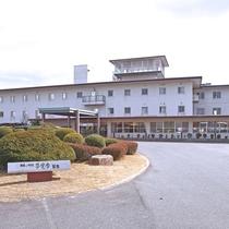 【外観】当館は皆生温泉に立地。白い3階建ての施設です。