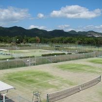 屋外16面、屋内4面のテニスコートを完備しております。