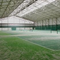 屋内4面のテニスコート