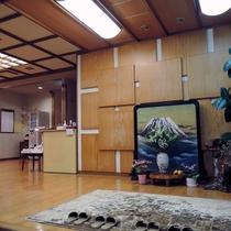 *玄関/湯治場ならではの温かい雰囲気に包まれた空間です。皆様のお越しを心よりお待ちしております。