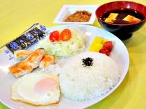 【朝食プレート】バランスの良い食事で朝から元気に♪(朝食一例)
